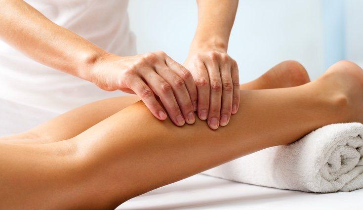 Estirar y masajear la zona con delicadeza ayudará a la relajación del músculo