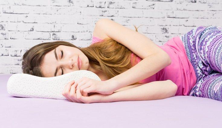 Al dormir es aconsejable tener una almohada ergonómica
