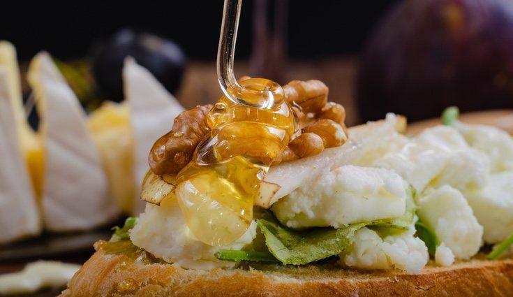El queso con miel es una de las mejores combinaciones