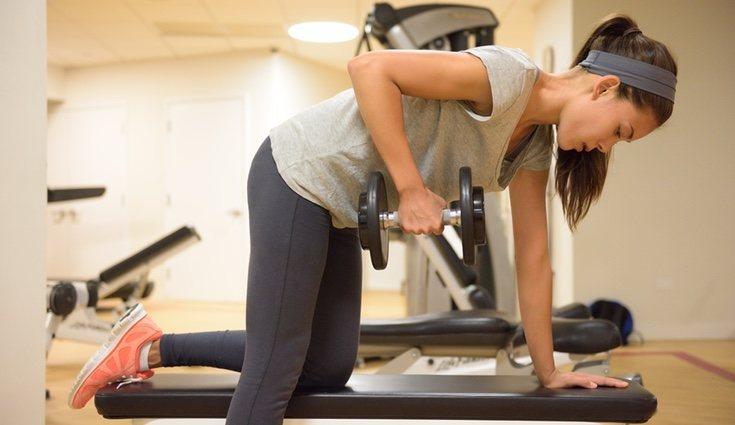 El peso de las pesas se debe de aumentar progresivamente