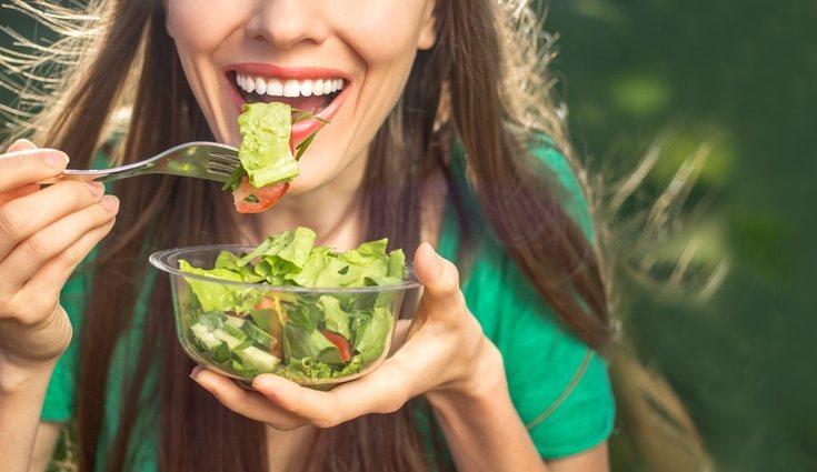 Come fruta, verdura y productos naturales, evitando la comida procesada y las bebidas azucaradas