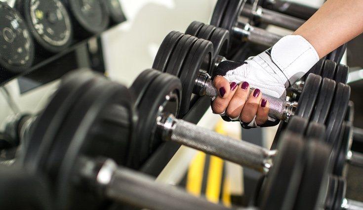 Las pesas libres más comunes las mancuernas o pesas pequeñas, barras o mazas