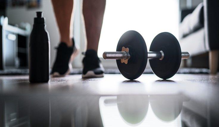 Será necesario contar con unas pesas u otro material con peso que deberás levantar para así tonificar