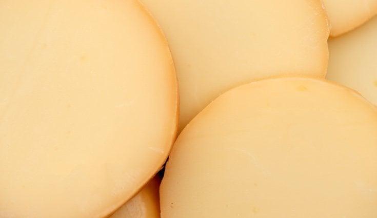El queso provolone se consume ligeramente fundido en el horno con albahaca, orégano y tomate