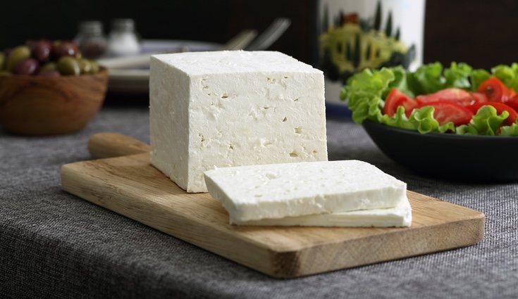 El queso feta es generalmente elaborado con queso de oveja y tiene un sabor muy peculiar