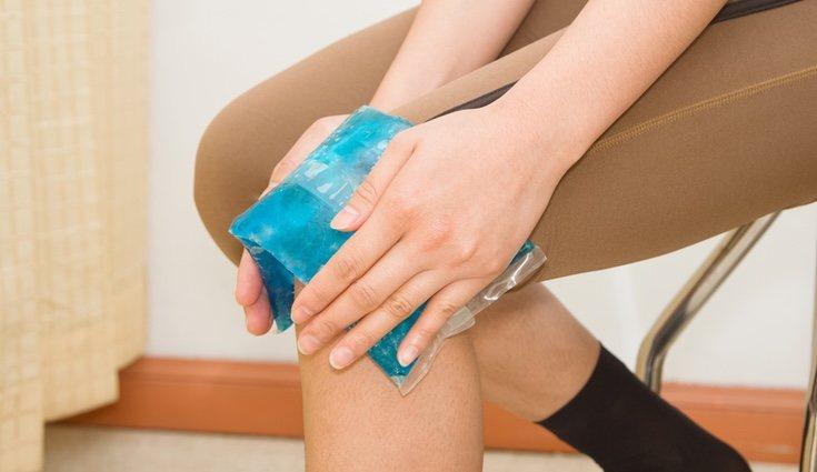 Dar hielo en la zona afectada ayuda a calmar la lesión