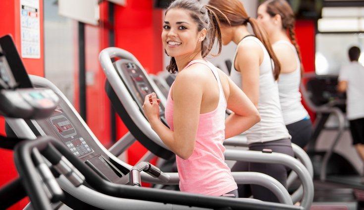 No se recomienda comenzar con grandes pesos, con demasiados ejercicios...