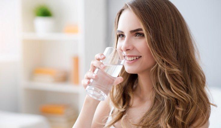 Beber entre 1 o 2 litros de agua al día
