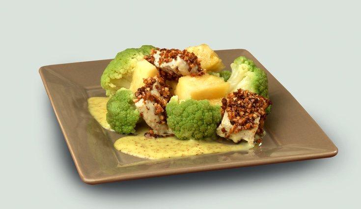 Aliña la patata y el brócoli con sal, aceite, vinagre y pimienta