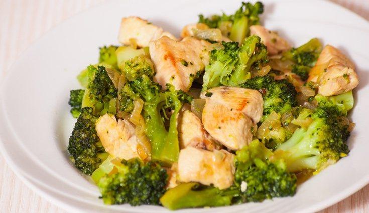 El brócoli con pavo se puede incluir tanto en comidas como en cenas