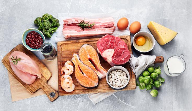 Hay alimentos que sin cocinarlos aportan muchos beneficios, pero otros pueden provocarnos problemas de salud