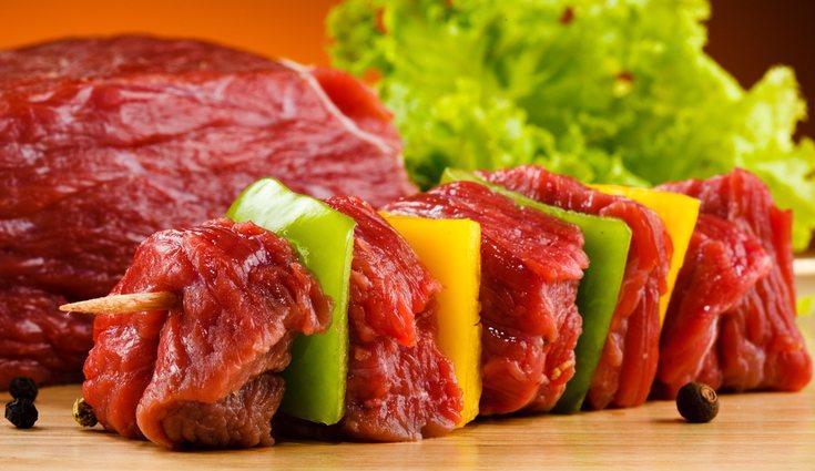 La carne posee microorganismos y parásitos del animal, los más peligrosos son los de las aves