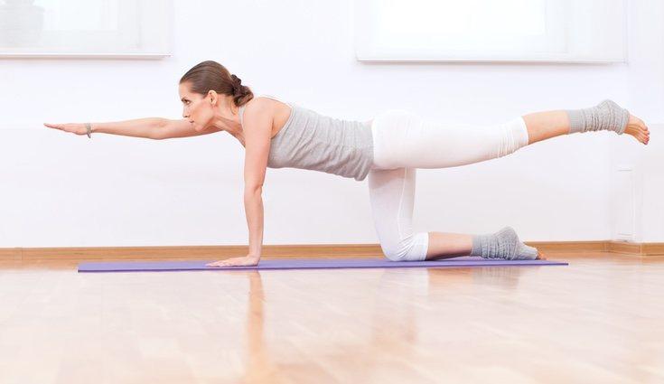 Este ejercicio consiste en elevar el brazo y la pierna contralateral hasta la altura del tronco