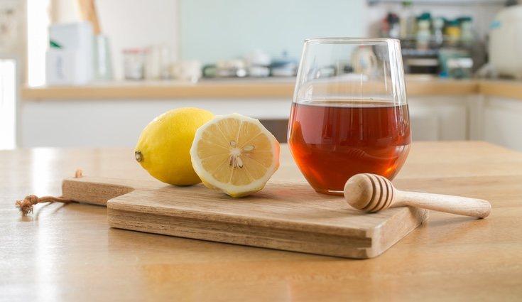 El limón contiene ácido cítrico que favorece la fijación del calcio