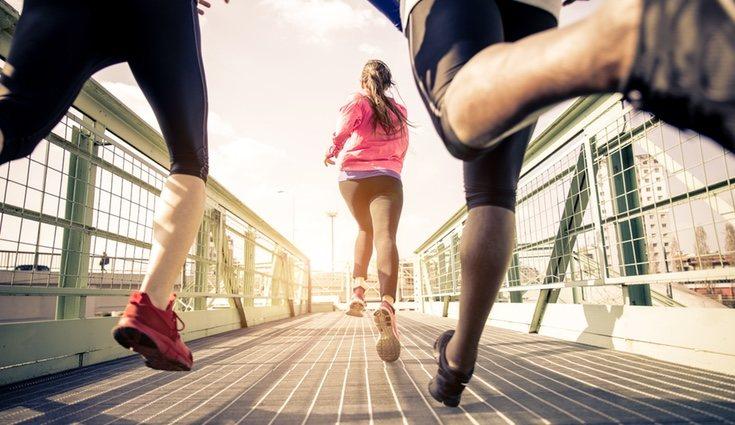 Realizar running en compañía o con música puede hacerlo más ameno y motivador