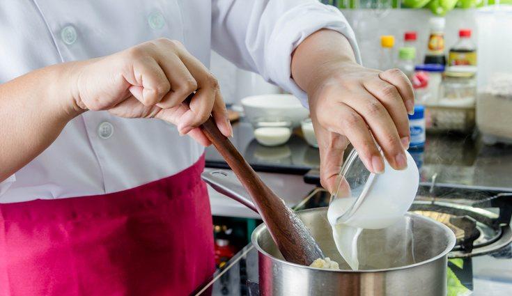Aromatizar la leche con canela y cáscara de cítricos potencia el sabor de las torrijas