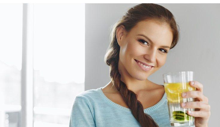 Añade agua con limón en tu dieta y te notarás y sentirás mejor