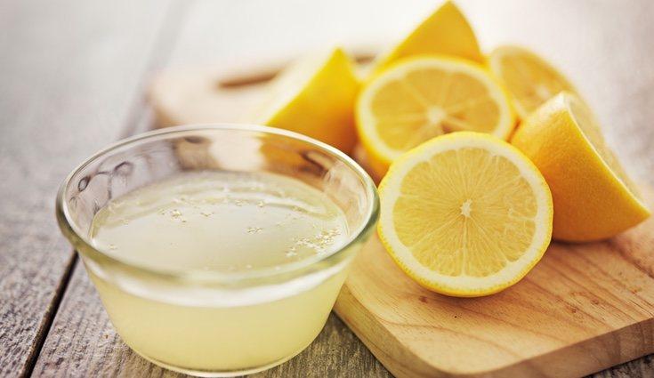 El agua con limón a parte de ser una sabrosa y refrescante bebida tiene muchos beneficios para la salud