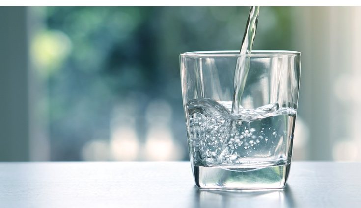La cantidad de agua recomendada para beber al día son 2 litros