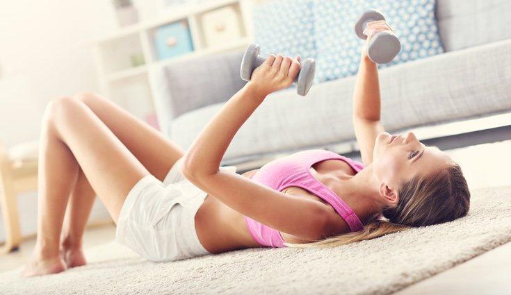 Puedes fabricar tus propias pesas y hacer ejercicio en el salón de tu casa