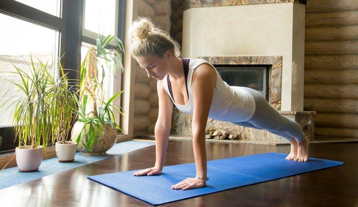 Hacer flexiones fortalece tus bíceps y tus tríceps