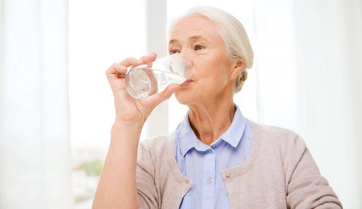 Beber agua en ayunas ayuda a mantener buenos niveles de cortisol y a reducir el estrés