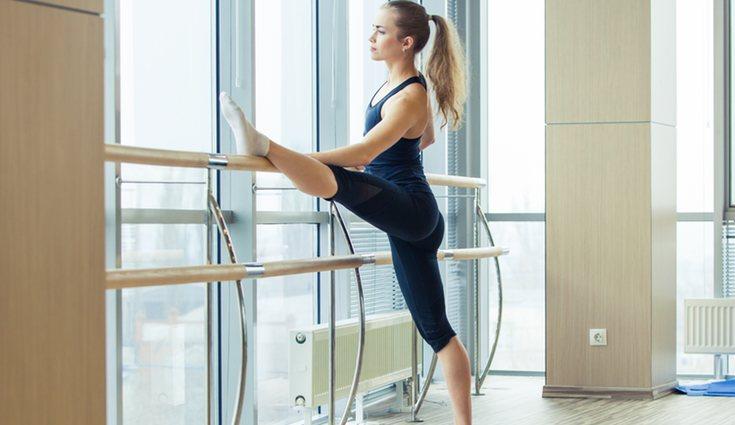 Son ejercicios que combinan ballet, pilates y yoga
