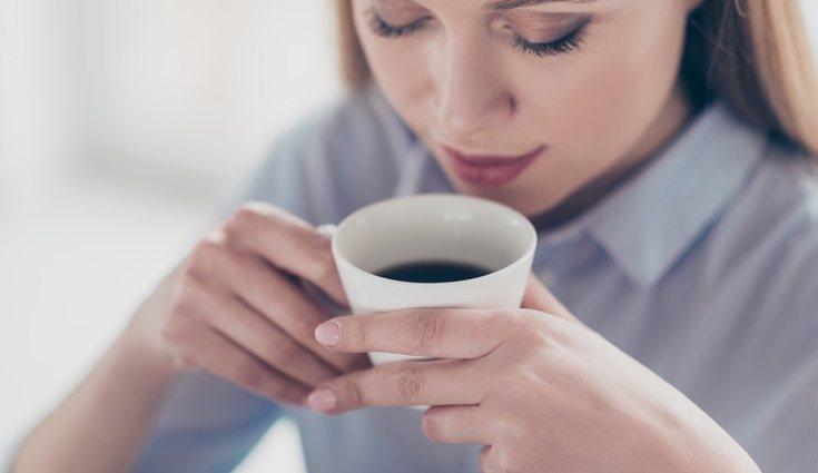 Aunque la cafeína mantiene activas a las personas, también crea adicción