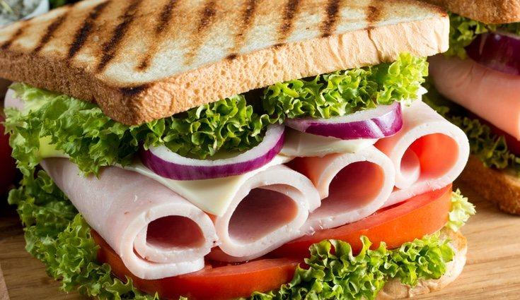 Un sandwich de pavo es una opción sana y ligera