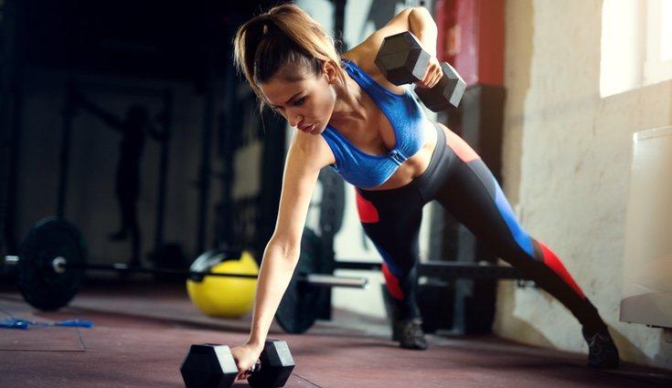 El entrenamiento funcional elimina las máquinas de gimnasio y las sustituye por pesos libres