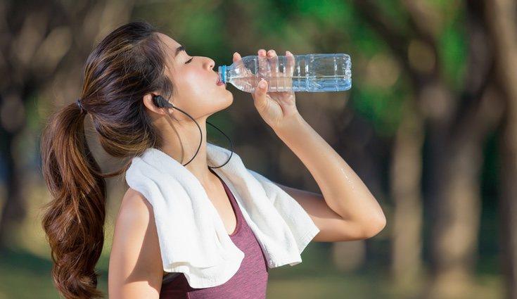 Si practicas deporte fuera de casa, ve siempre acompañado de agua o una bebida isotónica