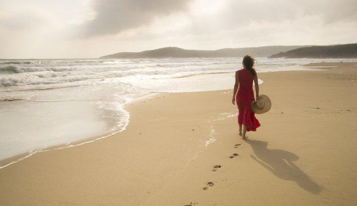 Caminar por la playa tiene multitud de beneficios
