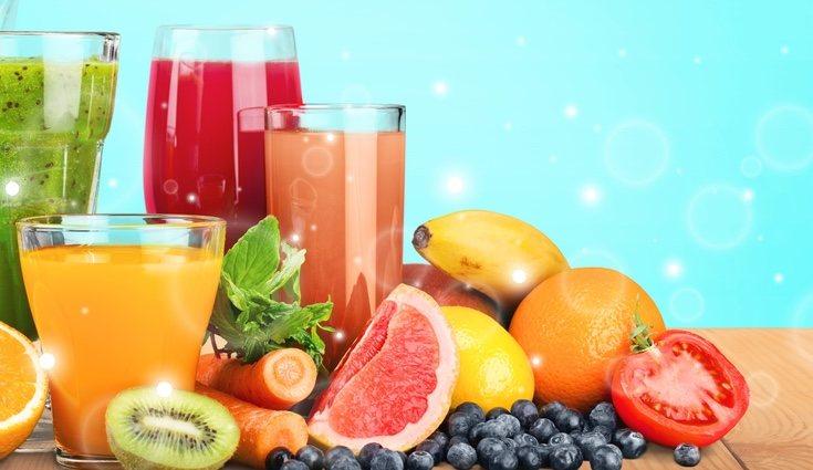Una opción es hacer zumo de fruta natural combinando varias piezas