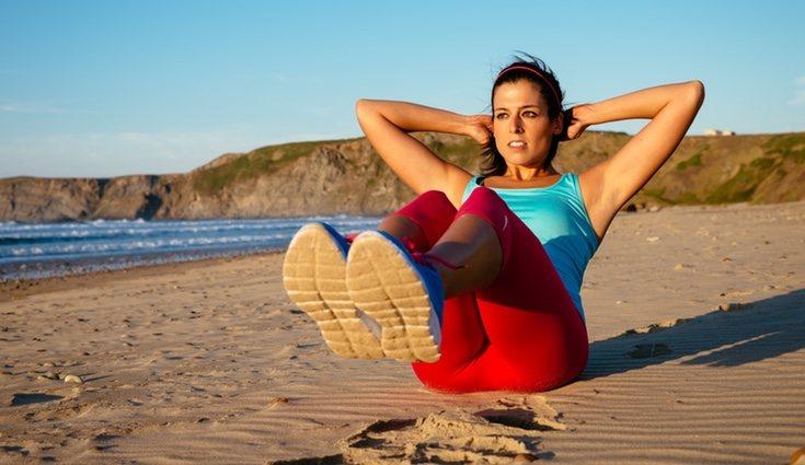 El ejercicio en la playa conlleva más esfuerzo por lo que tus músculos se fortalecerán todavía más