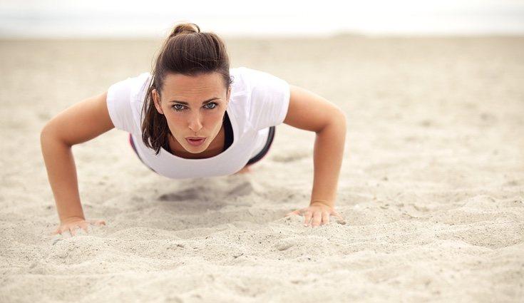 Puedes combinar numerosos ejercicios y hacer una tabla como en el gimnasio pero en la tranquilidad de la arena