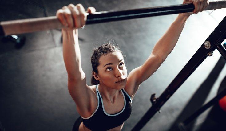 Las dominadas son unos de los ejercicios más conocidos y a parte de tonificar la espalda, también hace trabajar a tus bíceps