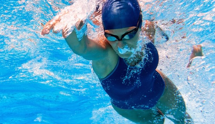 Nadar a crol fortalece piernas, glúteos, brazos y espalda