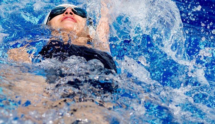 Para nadar de espaldas hay que dar brazadas hacia atrás