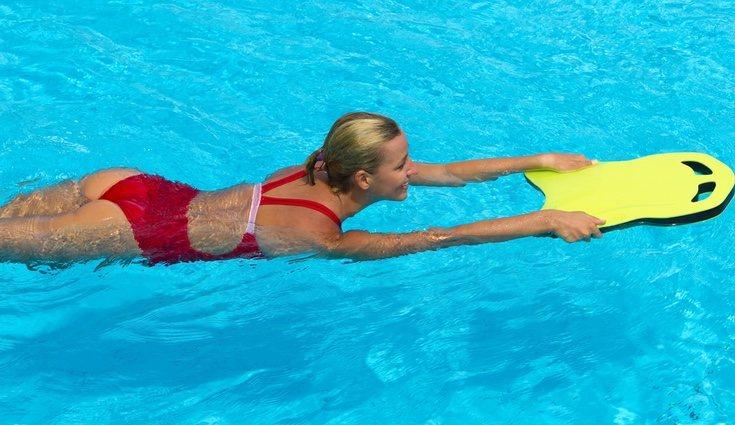 Para avanzar dando patadas fuertes en el agua puedes ayudarte de una tabla o churro de espuma
