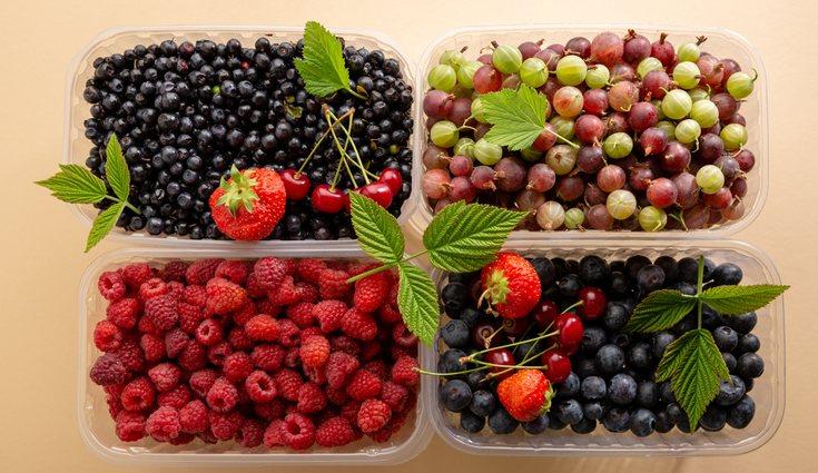 Es importante eliminar la suciedad de los frutos rojos antes de ingerirlos