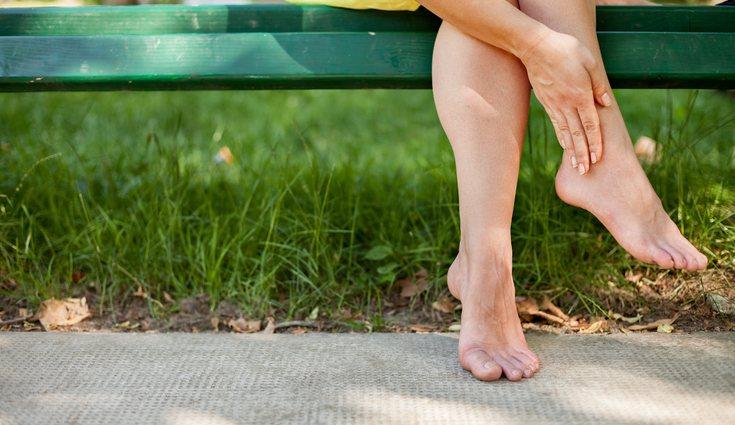 Utiliza un calzado cómodo para evitar la retención de líquidos en pies y piernas