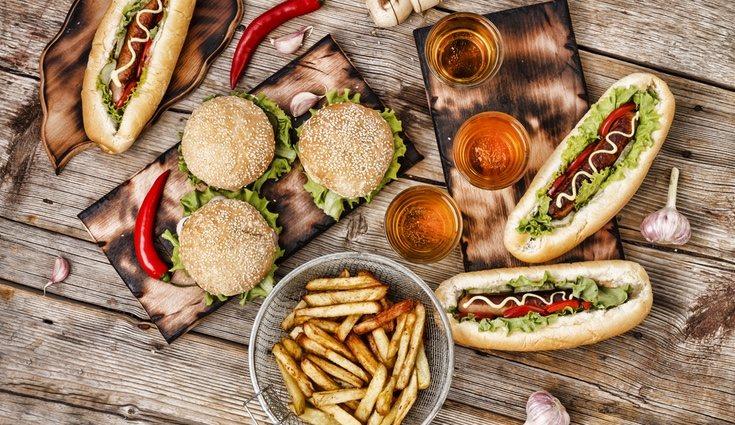 La comida rápida contiene muchas calorías y grasas