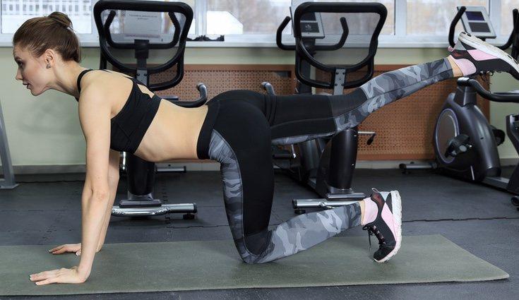 Puedes realizar la extensión de piernas hacia atrás en series de 15 repeticiones