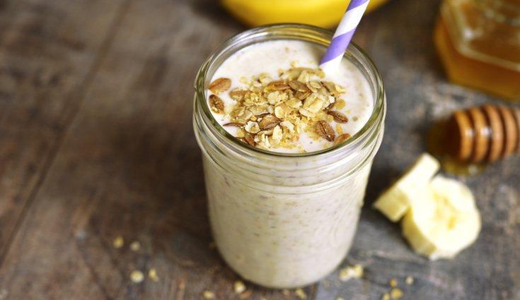 Un batido de plátano con leche de soja y avena aporta las proteínas y carbohidratos suficientes