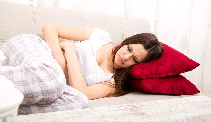 Tumbarse en posición fetal alivia el dolor de la menstruación