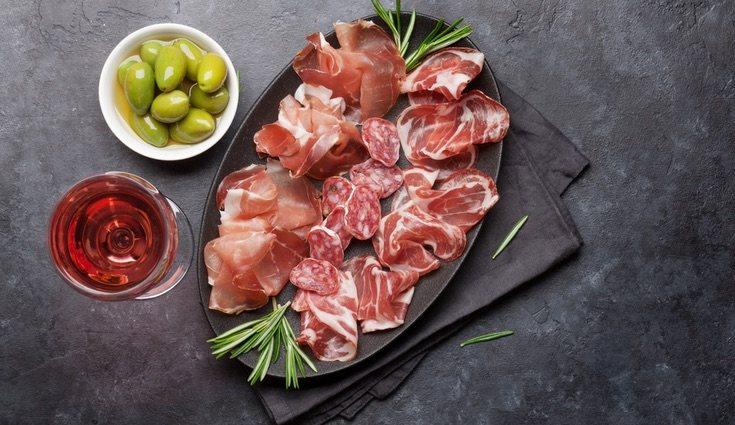 El jamón serrano por muy común que sea en las mesas es aconsejable comerlo con mesura
