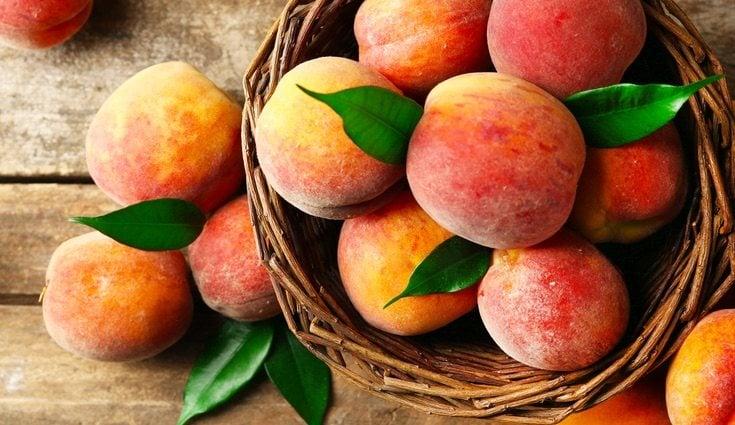 Aprovecha las frutas de temporada como el melocotón