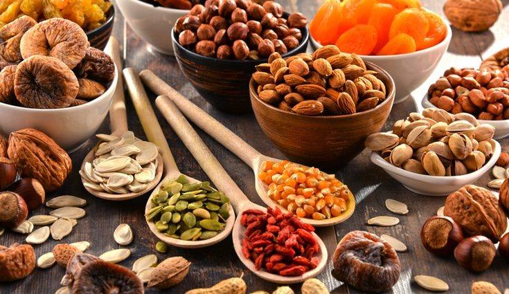 Tomar al día una cantidad moderada de frutos secos durante el embarazo es beneficioso