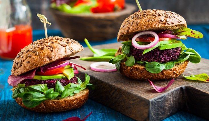 Una receta muy sencilla y deliciosa son las hamburguesas de quinoa