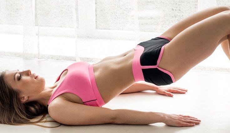 Este ejercicio se puede realizar colocando los hombros sobre la fitball